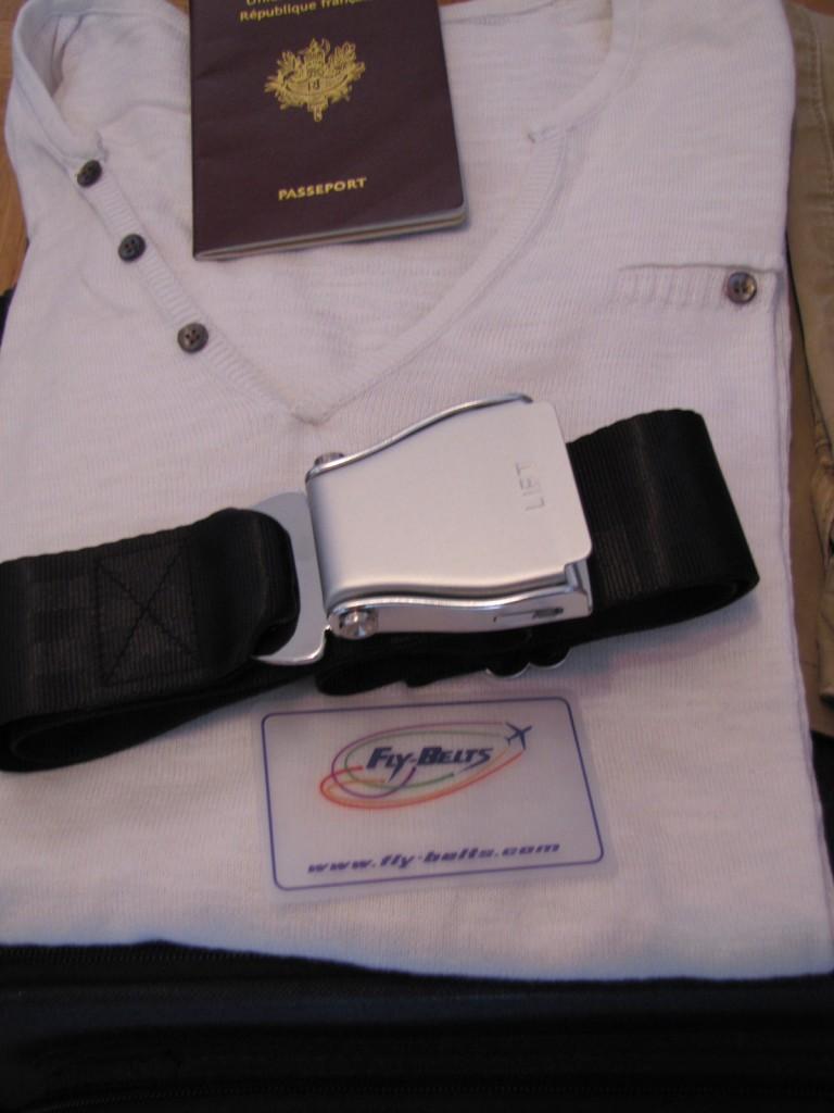 J'ai mon passeport, ma valise et ma ceinture Jakarta, je suis prêt à partir!