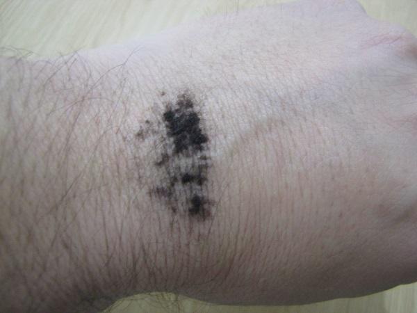 fibres capillaires viviscal sur main