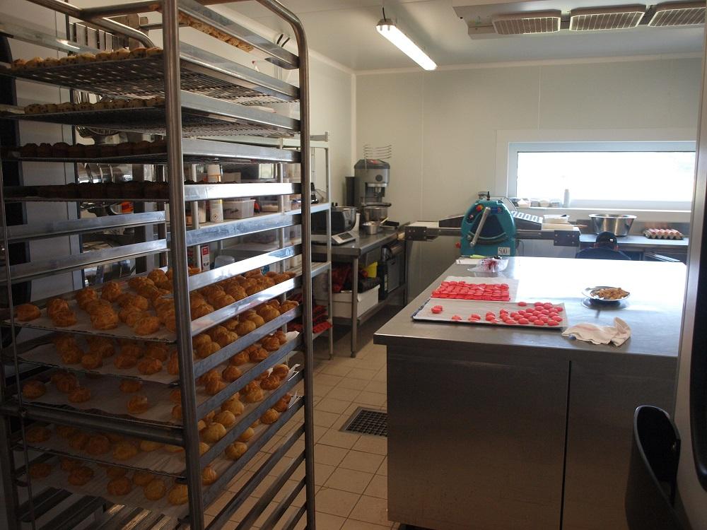 Mignardises et macarons en préparation - Brossard Traiteur