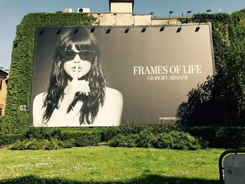 affiche giorgio armani dans un jardin public