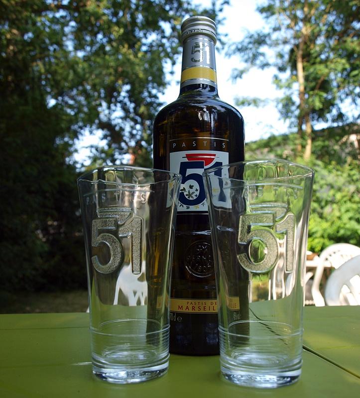 pastis 51 et ses deux verres